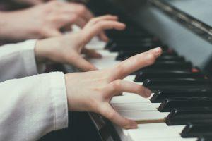 nauka gry na pianinie dziecka